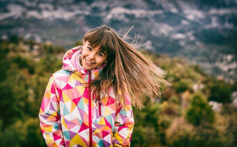 Retrato de uma moça despreocupada bonita que joga com seu hai fotografia de stock royalty free