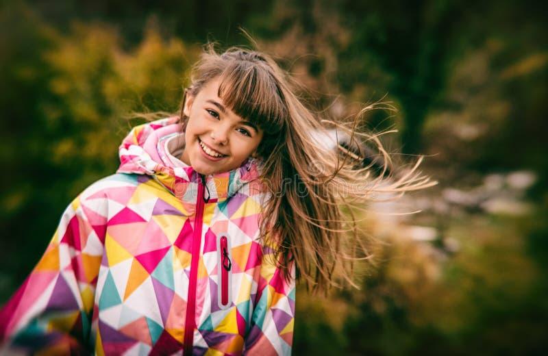 Retrato de uma moça despreocupada bonita que joga com seu hai imagem de stock