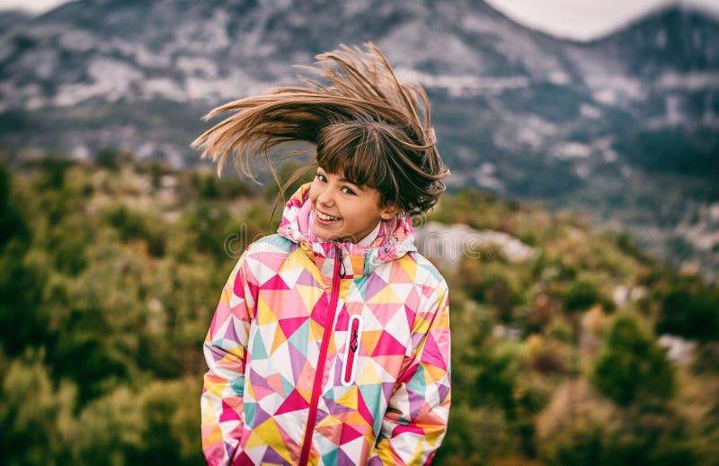 Retrato de uma moça despreocupada bonita que joga com seu hai imagem de stock royalty free