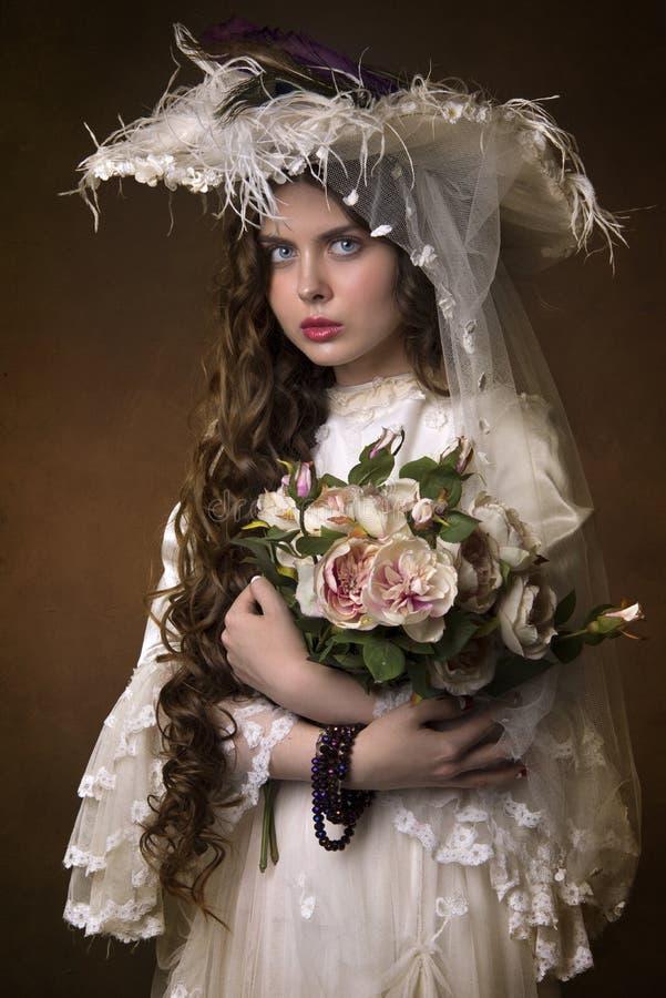 Retrato de uma moça em um chapéu branco imagem de stock royalty free
