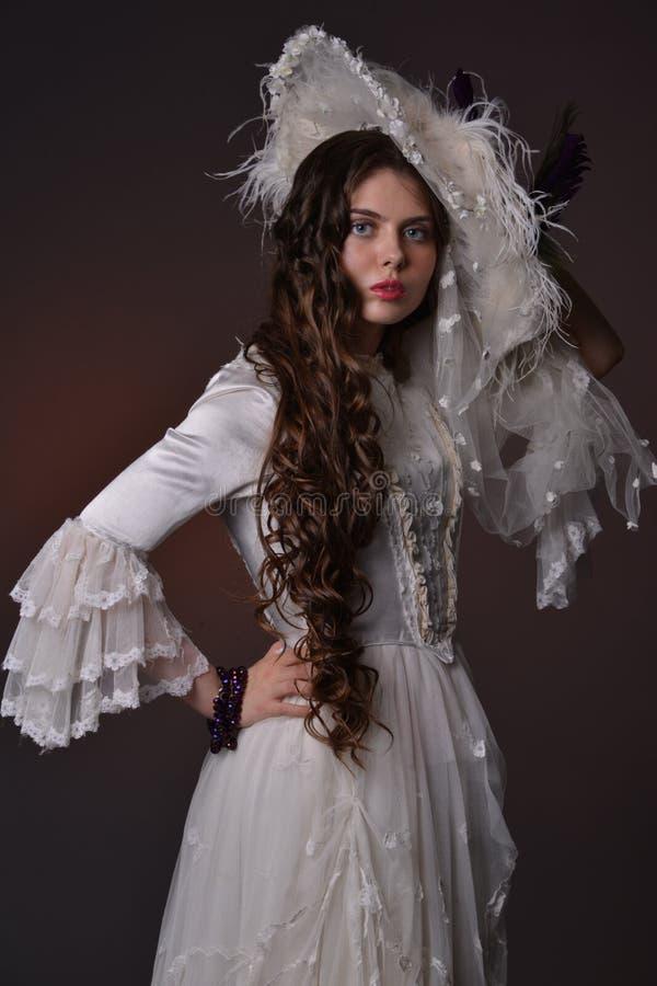 Retrato de uma moça em um chapéu branco fotos de stock