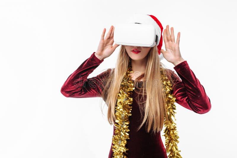Retrato de uma moça em um chapéu de Santa Claus com vidros, 3D g fotos de stock royalty free