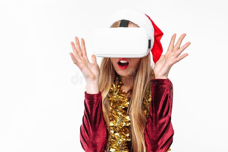 Retrato de uma moça em um chapéu de Santa Claus com vidros, 3D g fotografia de stock royalty free