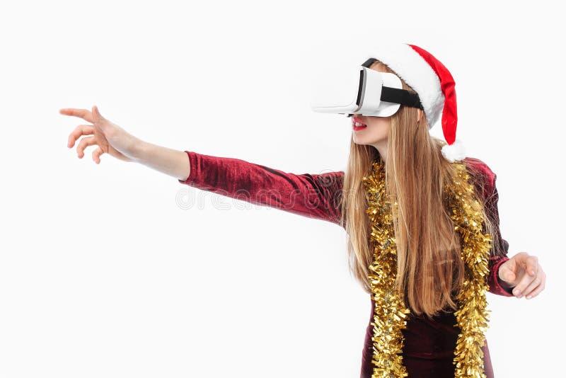 Retrato de uma moça em um chapéu de Santa Claus com vidros, 3D g imagens de stock royalty free