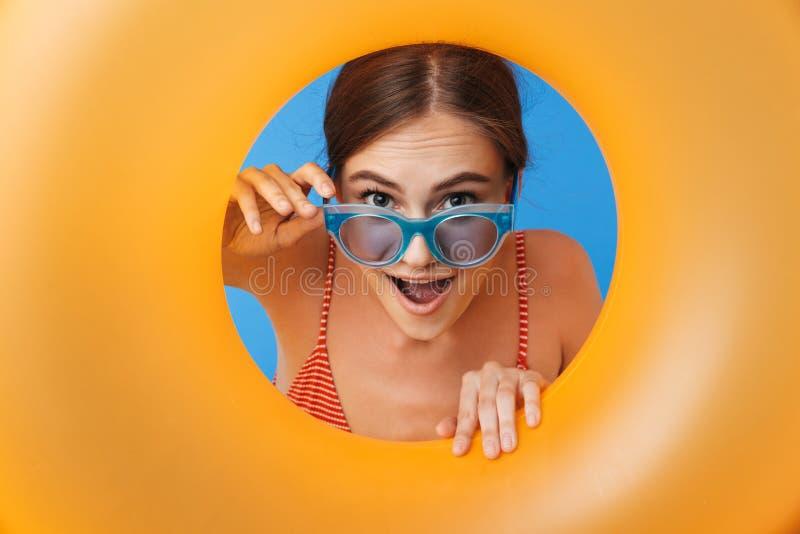 Retrato de uma moça feliz no roupa de banho fotografia de stock