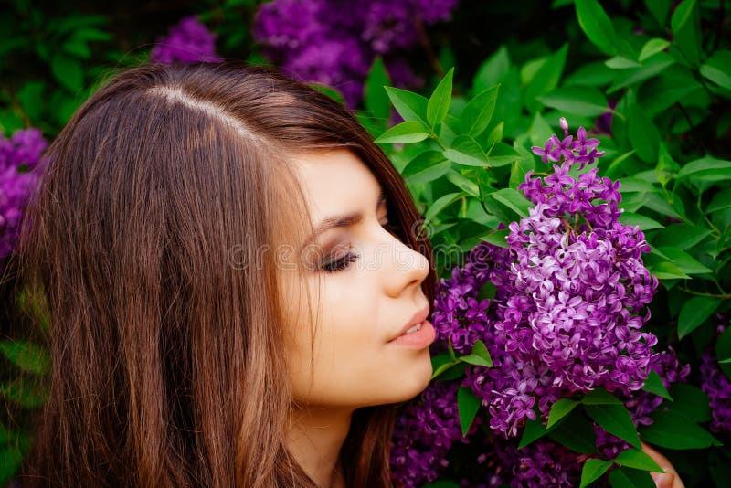 Retrato de uma moça na mola com florescência fotografia de stock