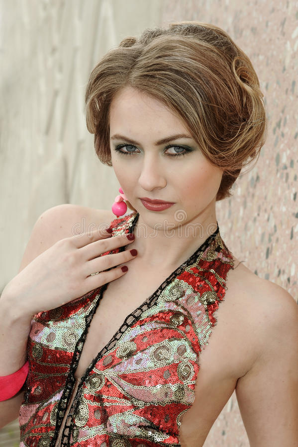 Retrato de uma moça no vestido luxuoso colorido imagem de stock royalty free