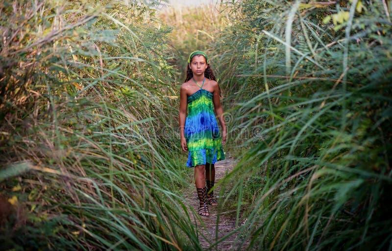 Retrato de uma moça nos arbustos fotografia de stock royalty free