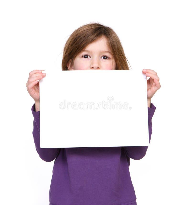 Retrato de uma moça que guarda o sinal vazio fotografia de stock
