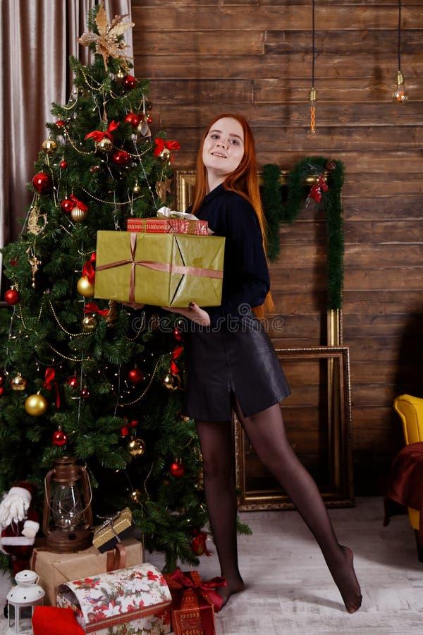 Retrato de uma moça que guarda presentes de Natal foto de stock