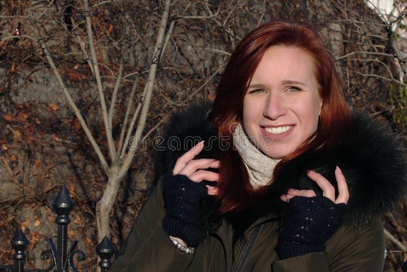 Retrato de uma moça que seja vesgo e olhe o sol brilhante Vista de sorriso afastado fotos de stock royalty free