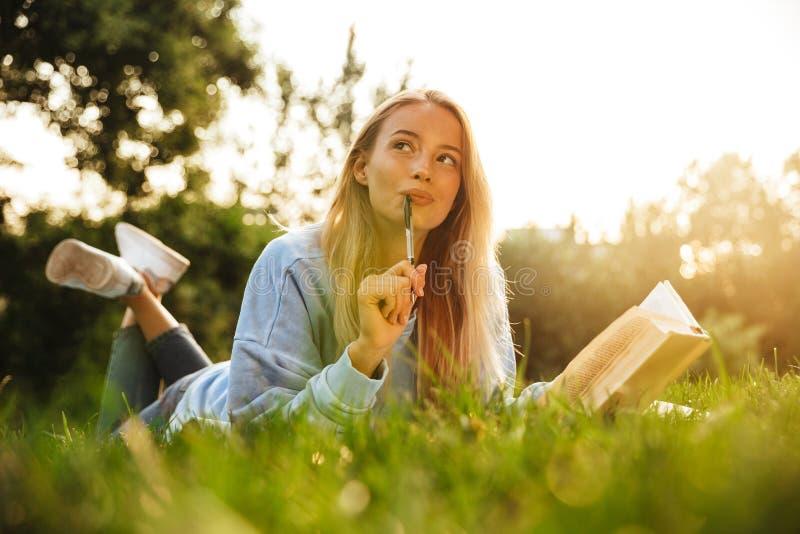 Retrato de uma moça sonhadora com trouxa fotos de stock