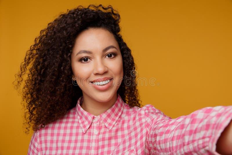 Retrato de uma moça de sorriso feliz imagem de stock royalty free