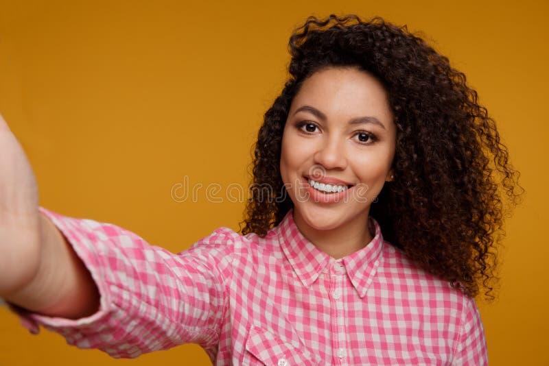 Retrato de uma moça de sorriso feliz fotografia de stock