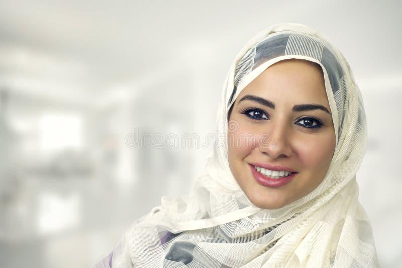 Retrato de uma mulher árabe bonita que veste Hijab, mulher muçulmana que veste Hijab imagem de stock