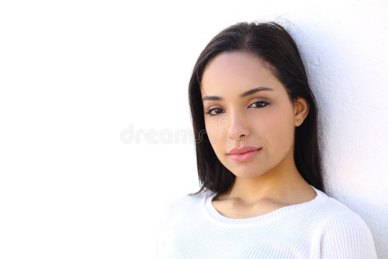 Retrato de uma mulher árabe no branco fotografia de stock royalty free