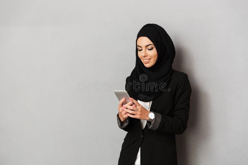 Retrato de uma mulher árabe nova de sorriso fotografia de stock royalty free