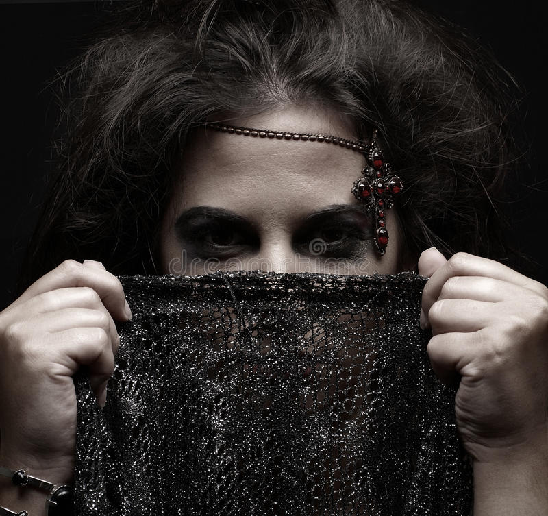 Retrato de uma mulher árabe que prende um lenço escuro fotos de stock