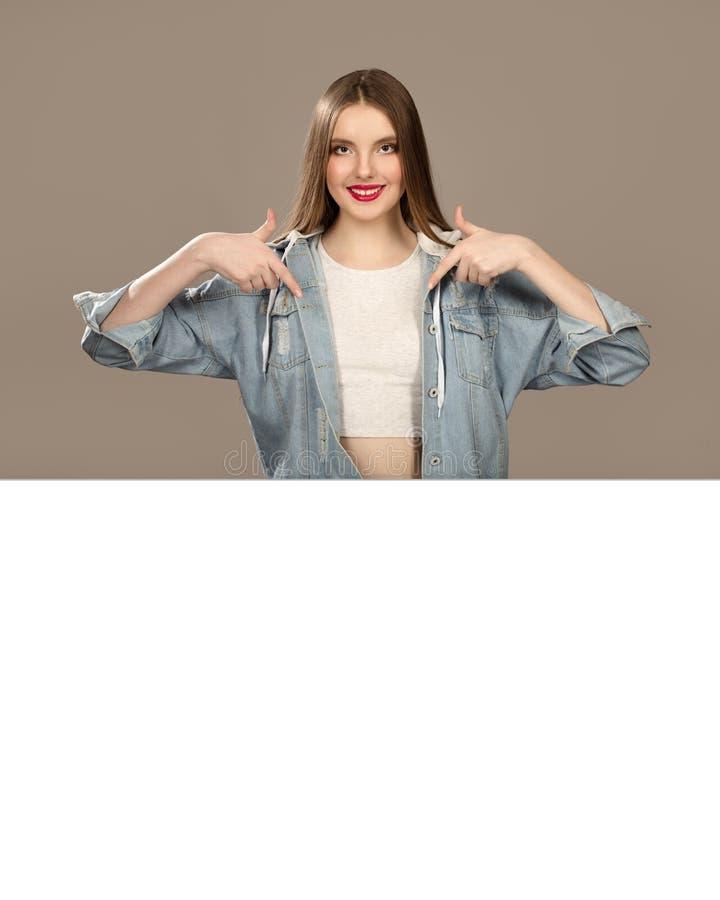 Retrato de uma mulher adolescente encantador Copyspace vazio foto de stock royalty free