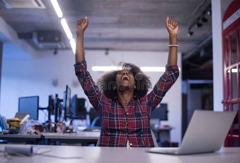 Retrato de uma mulher afro-americano bem sucedida nova em moderno foto de stock