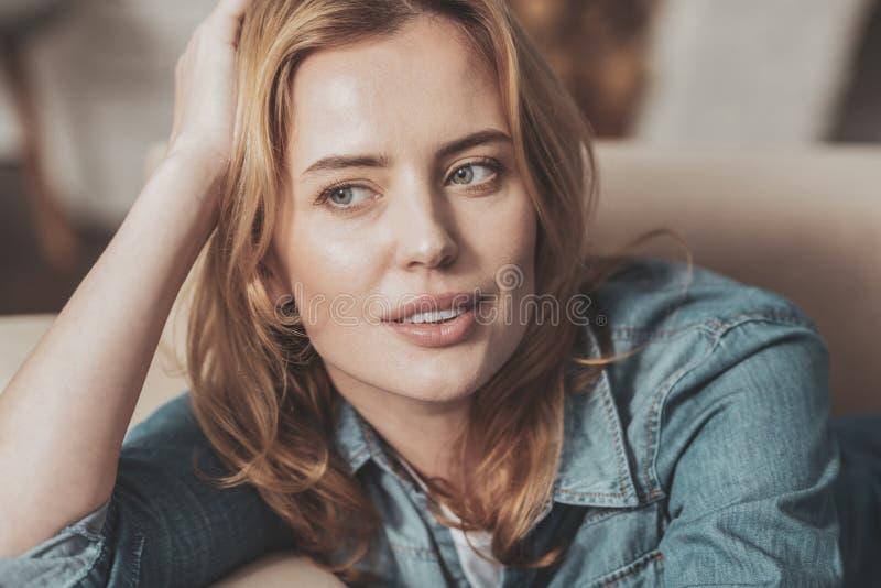 Retrato de uma mulher agradável atrativa foto de stock royalty free