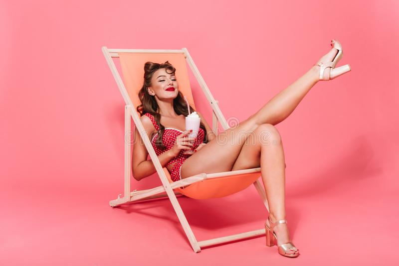 Retrato de uma mulher alegre bonita do pino-acima fotos de stock