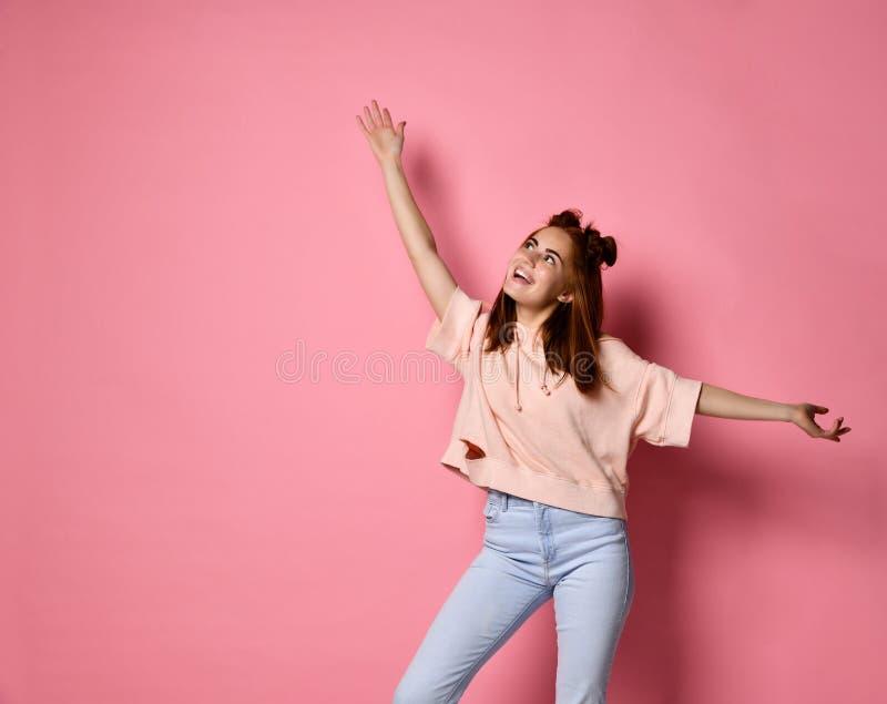 Retrato de uma mulher alegre que acena suas mãos na parte superior imagens de stock royalty free
