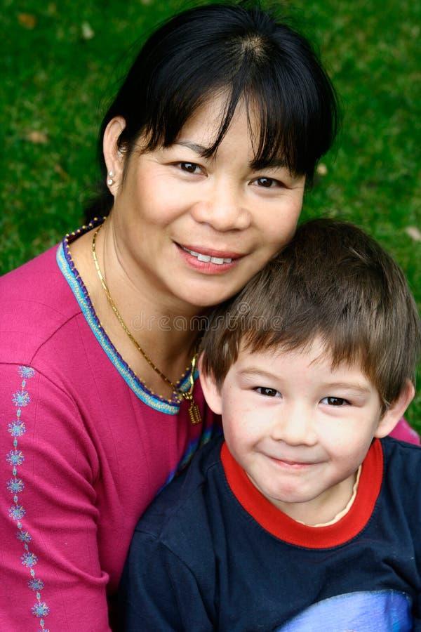 Retrato de uma mulher asiática com seu filho novo imagens de stock royalty free