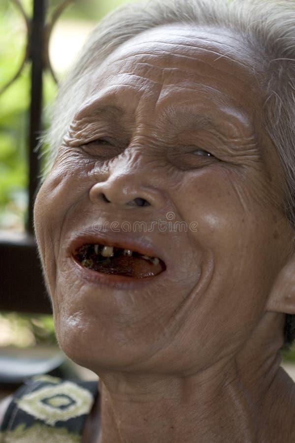 Retrato de uma mulher asiática idosa foto de stock