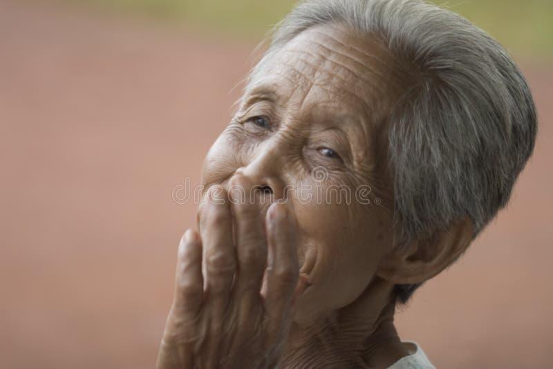 Retrato de uma mulher asiática idosa imagens de stock royalty free