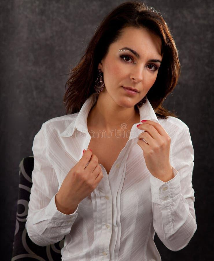 Retrato de uma mulher atrativa imagens de stock