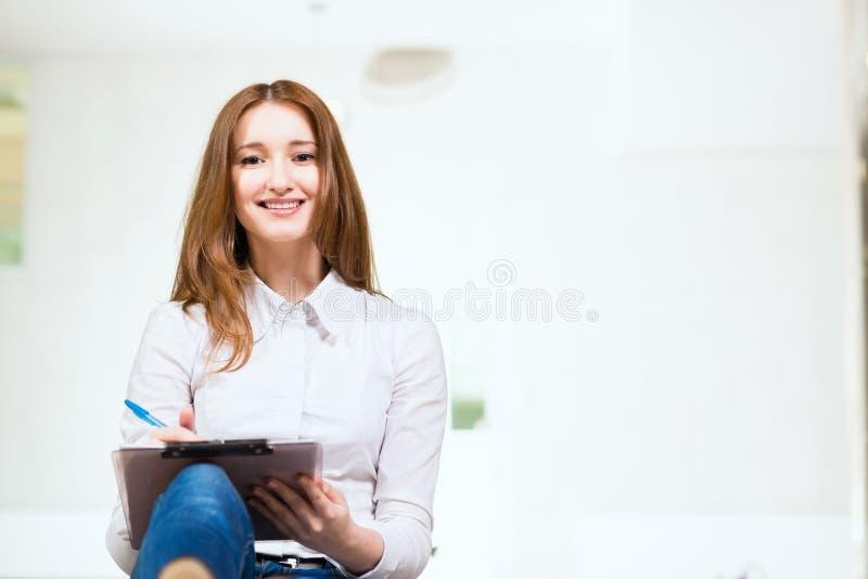 Retrato de uma mulher atrativa foto de stock