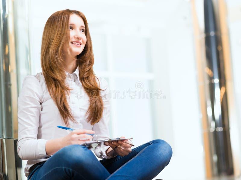 Retrato de uma mulher atrativa fotografia de stock royalty free