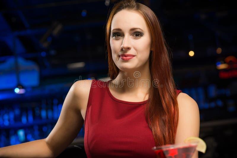 Retrato de uma mulher atrativa em um clube noturno fotos de stock royalty free