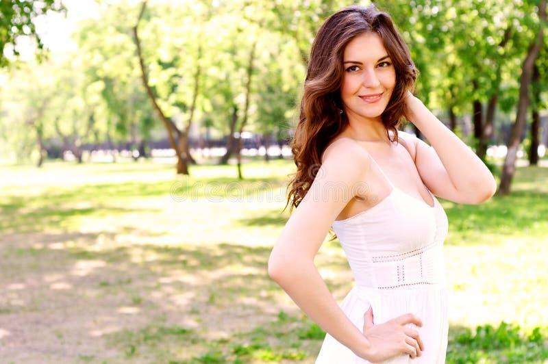 Retrato de uma mulher atrativa no parque imagem de stock royalty free