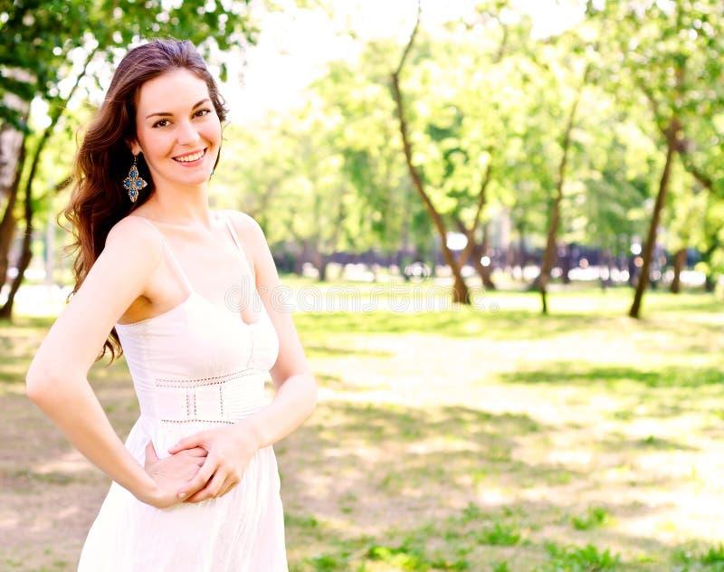 Retrato de uma mulher atrativa no parque foto de stock