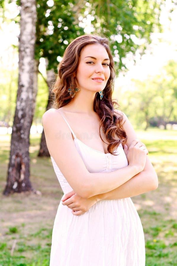 Retrato de uma mulher atrativa no parque imagem de stock