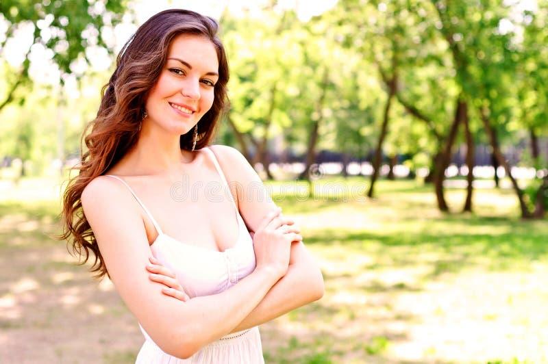 Retrato de uma mulher atrativa no parque foto de stock royalty free