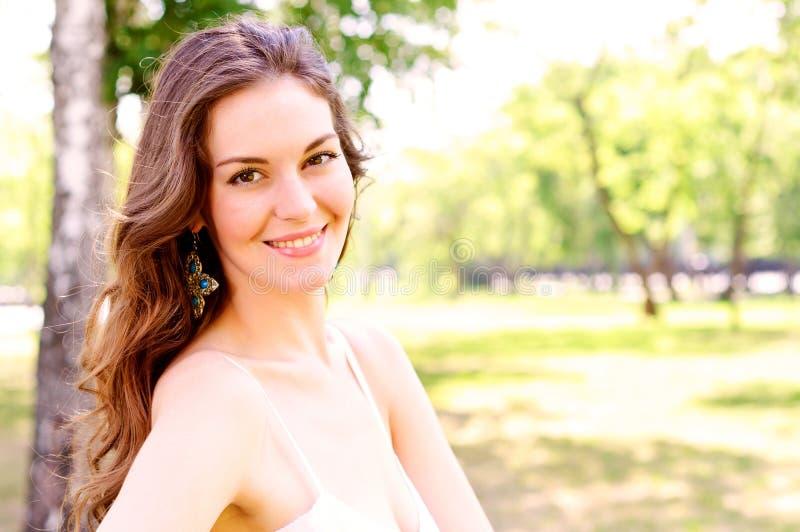 Retrato de uma mulher atrativa no parque fotos de stock royalty free