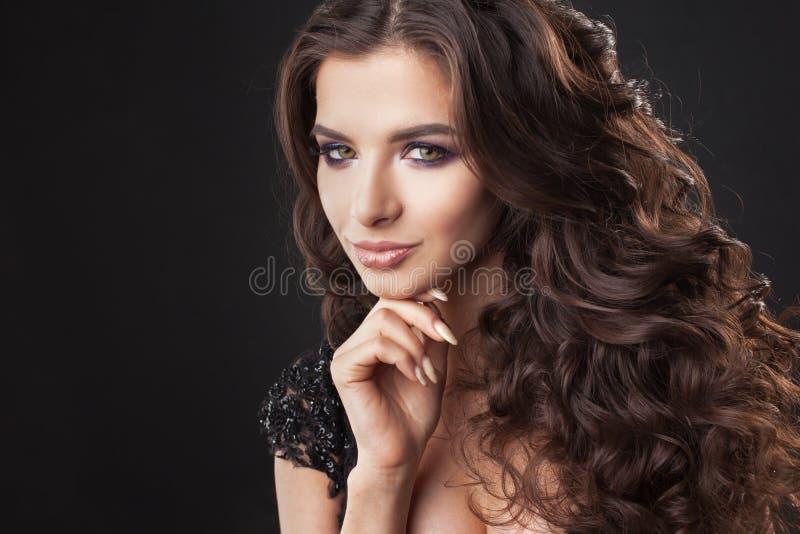 Retrato de uma mulher atrativa nova com cabelo encaracolado lindo Brunette atrativo foto de stock royalty free