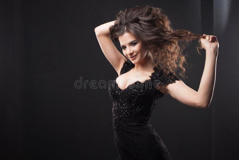 Retrato de uma mulher atrativa nova com cabelo encaracolado lindo Brunette atrativo imagens de stock royalty free