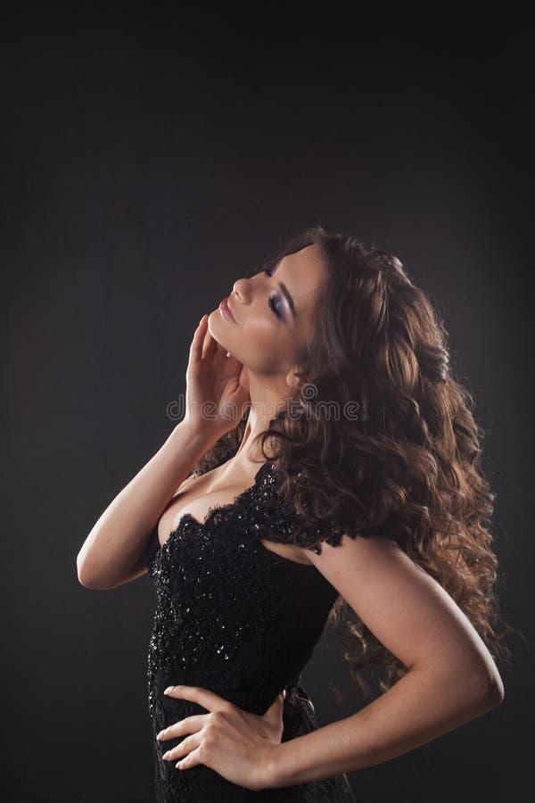Retrato de uma mulher atrativa nova com cabelo encaracolado lindo Brunette atrativo fotografia de stock royalty free