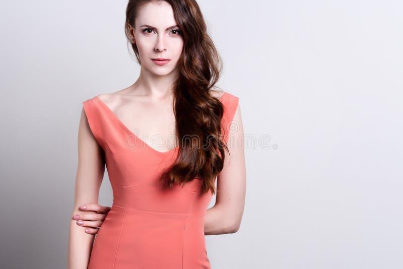 Retrato de uma mulher atrativa nova com cabelo marrom longo bonito fotografia de stock royalty free