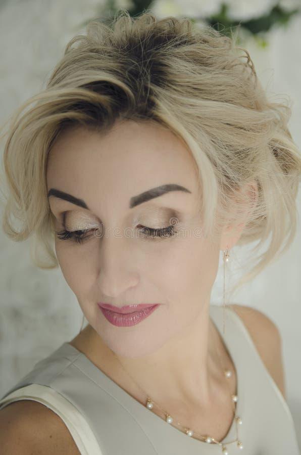 Retrato de uma mulher bonita 40 anos velha com cabelo louro Matização macia imagem de stock royalty free