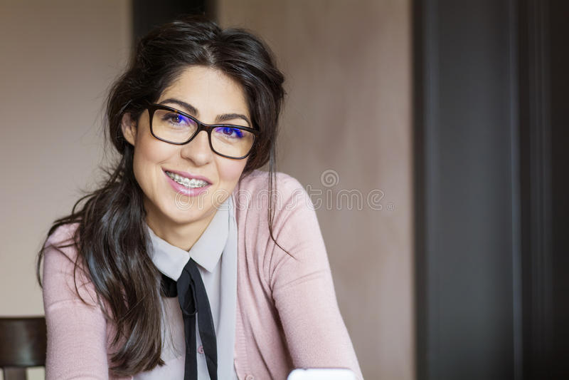Retrato de uma mulher bonita com as cintas nos dentes Tratamento ortodôntico Conceito dos cuidados dentários fotos de stock royalty free