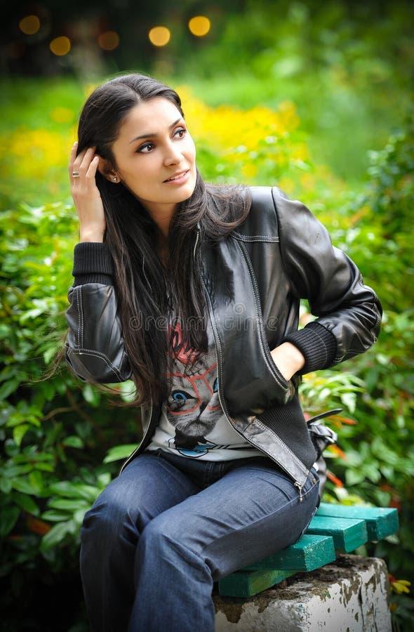 Retrato de uma mulher bonita com cabelo e o casaco de cabedal longos fotos de stock