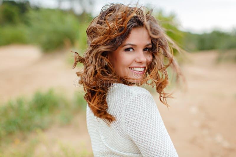 Retrato de uma mulher bonita com cabelo no vento, summ do voo imagem de stock royalty free