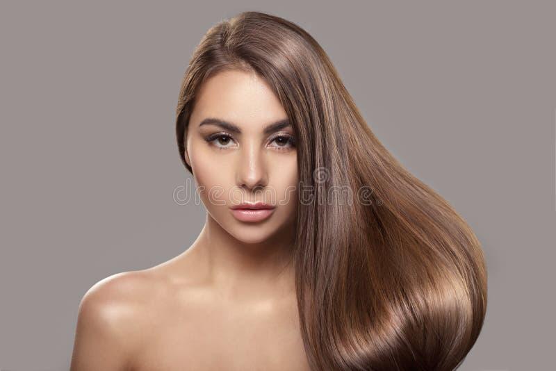 Retrato de uma mulher bonita com cabelo reto brilhante imagens de stock