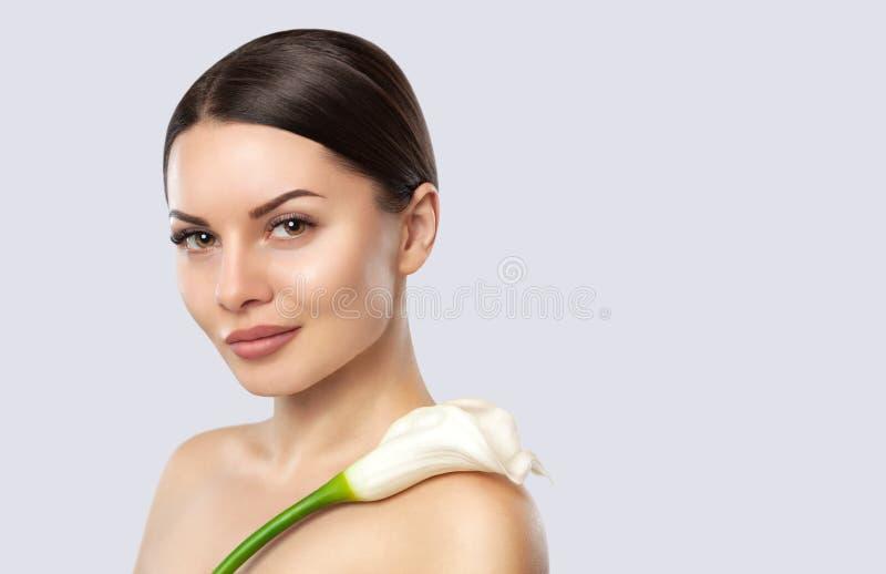 Retrato de uma mulher bonita com Calla em um fundo branco imagens de stock