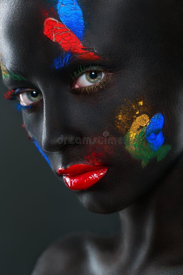 Retrato de uma mulher bonita com cara preta fotos de stock